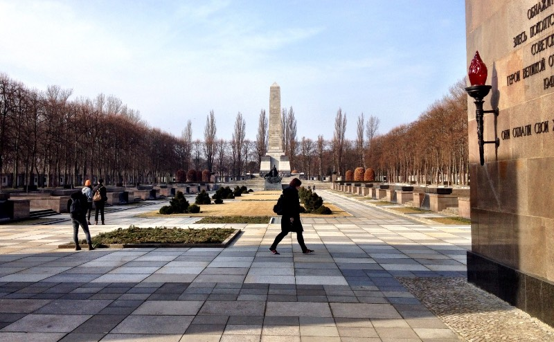 While most people will be familiar with the Soviet War Memorial at Treptow and Tiergarten, hardly any tourists find themselves visiting the Soviet War Memorial in the Schönholzer Heide. This is such a pity because the memorial is beautiful.