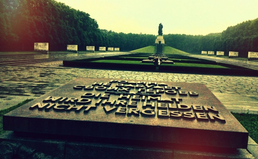 berlin soviet memorial treptower park via fotostrasse. Black Bedroom Furniture Sets. Home Design Ideas