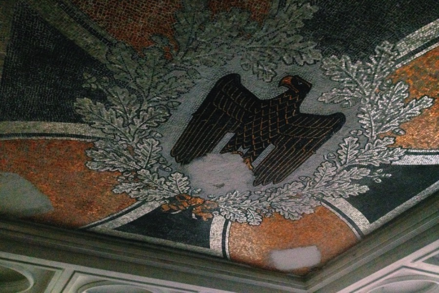 If you've seen any post about Krampnitz, know that there exists a mosaic with a Nazi eagle. According to local legend, it was preserved by the Russians and still is there. Our goal has always been to find this mosaic but, after walking on the very first day, we decided to go home and think about where this mosaic could be and how we would find him.