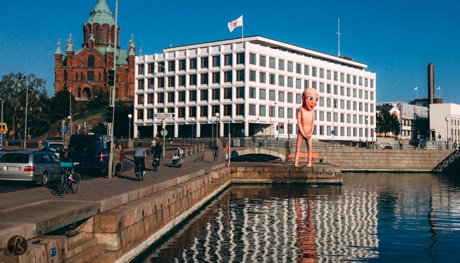 When we arrived in Helsinki in september 2014, we knew the city would show its weird side right away. It always happens to us when we travel. Maybe, we attract this kind of things but still don't know why we attracted a huge pissing statue like the one we found on Helsinki's harbor. Peeing in public is something our mothers didn't want us to do. Sometimes it happens but we always hide somewhere so nobody can see what we are doing. But this statue is not hidden at all. It sits in the middle of Helsinki's harbor next to where you catch the ferries to travel around the islands. Everywhere you look, you are going to see it. But, what is that?
