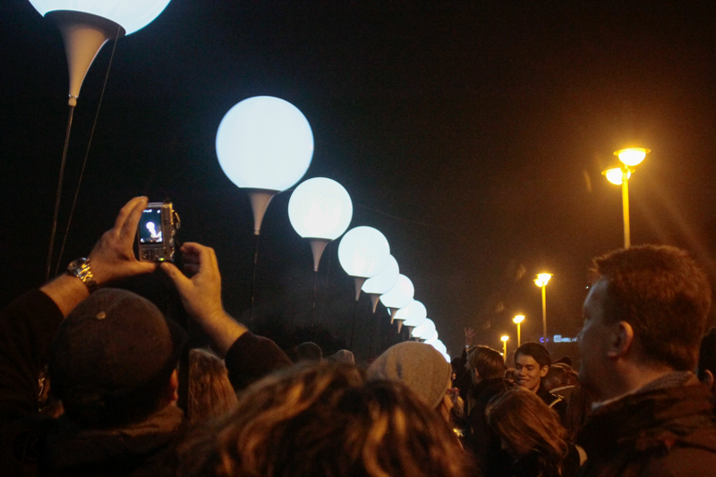 Berlin decided to celebrate the 25 years of the Fall of the Berlin Wall by bringing it back up for a few days. This time, the Berlin Wall would be made of white balloons filled with light called Lichtgrenze. Nothing compared to the concrete and fear that used to exist before.  And, the first time we read about it, we knew we would be there to take pictures of it. But we knew it wouldn't be that easy.