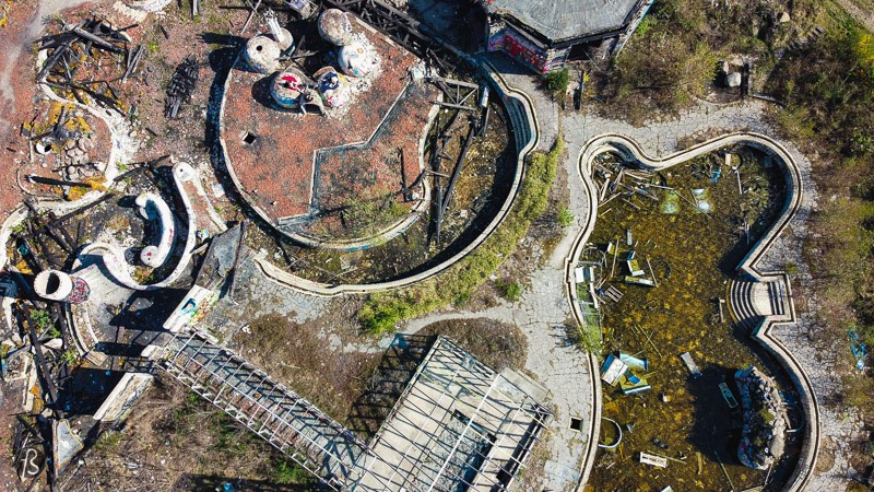My goal for Easter Sunday was to fly my drone over Blub and capture how it looks like from the sky. But, once I got closer to the building, I realized that it would be better to just enter the place. The holes on the fences are more prominent than before, and there were lots of people inside, taking pictures of the abandoned buildings and sunbathing during that lazy afternoon.