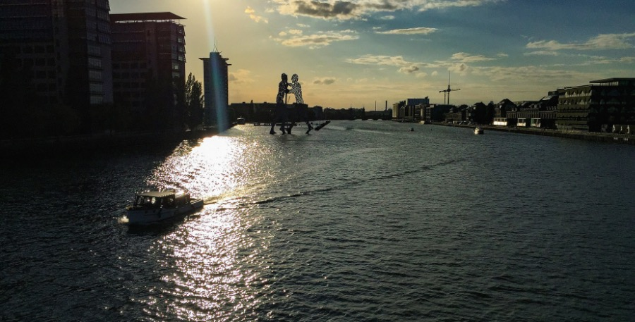 There is a bridge south of the Oberbaumbrucke that is not that famous but has one of the best views of Berlin and the Spree river. This bridge is called Elsebrucke, and you can find it in Treptow, close to the Molecule Man. From there you will have the best angle to capture the Oberbaumbrücke with Berlin Mitte in the background with the TV Tower and all the rest. It's beautiful.