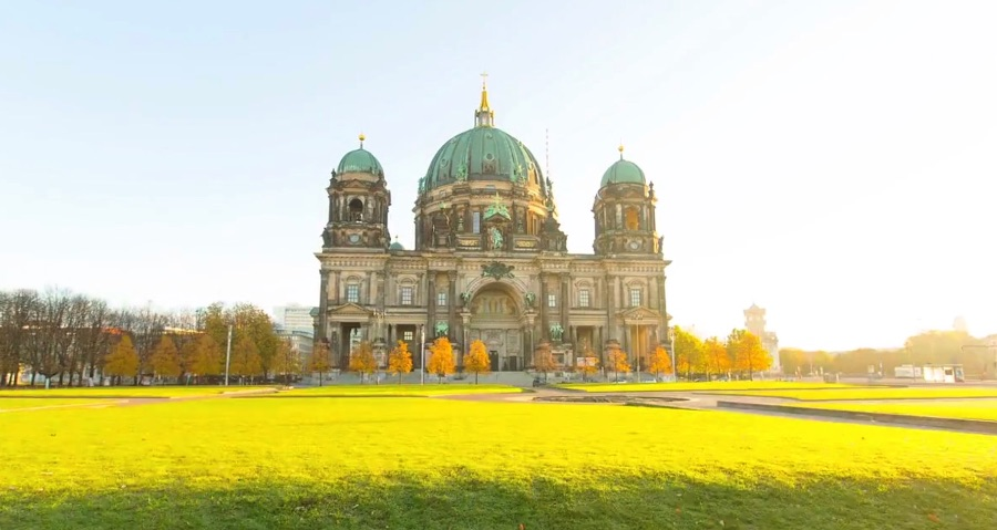 Berlin Dynamic is the name of this amazing video timelapse of Berlin made by Matthias Makarinus between May 2010 and September 2011. He took over 50.000 pictures just to make this beautiful movie that clocks a little under 10 minutes.