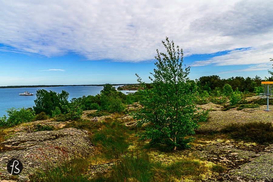 The island of Lappo hosts the only Disc Golf Course in Åland and they are proud of that. So proud of that the first thing we saw in the island was the course. We came out of the ferry, left our bags in the cabin we would be spending the night and went straight into the beautiful place where the course is.