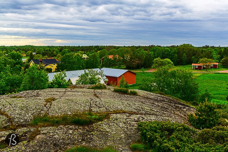 Lappo is an island in the southern part of Brändö, Åland easternmost municipality. A little more than 30 people call this island home during the entire year and you can see on the empty streets we cycled around. Lappo covers something like 8 square kilometers and a big part of it is dedicated to the only Frisbee Golf Course in Åland. We went to Lappo to play but it didn't go as well as we thought it would be.