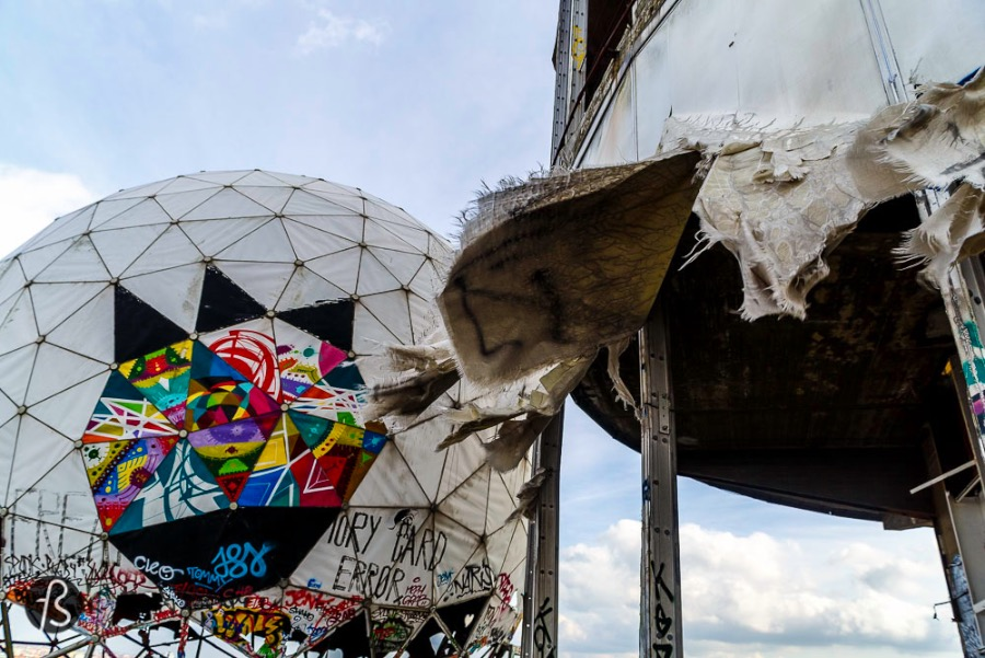 For many years, after the end of the Cold War, Teufelsberg was a paradise for urban exploration and street art. I still remember seeing pictures from this man made hill when I was still in Brazil but everything changed after I moved to Berlin and started researching about the place and the city. It was back then that I found out about the amazing Abandoned Berlin. It was also there that I read the stories about physical abuse and harassment.