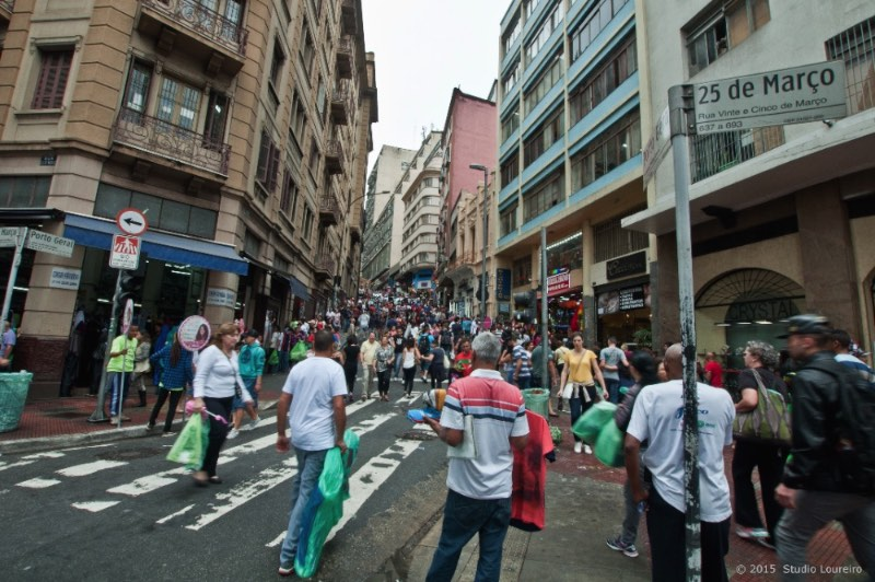 Considered the biggest shopping mall in Latin America and being one of the busiest retail of São Paulo, the '25th March Street' it's a patience exercise for everyone who wants to set foot there. More than 400.00 persons cross it every day.