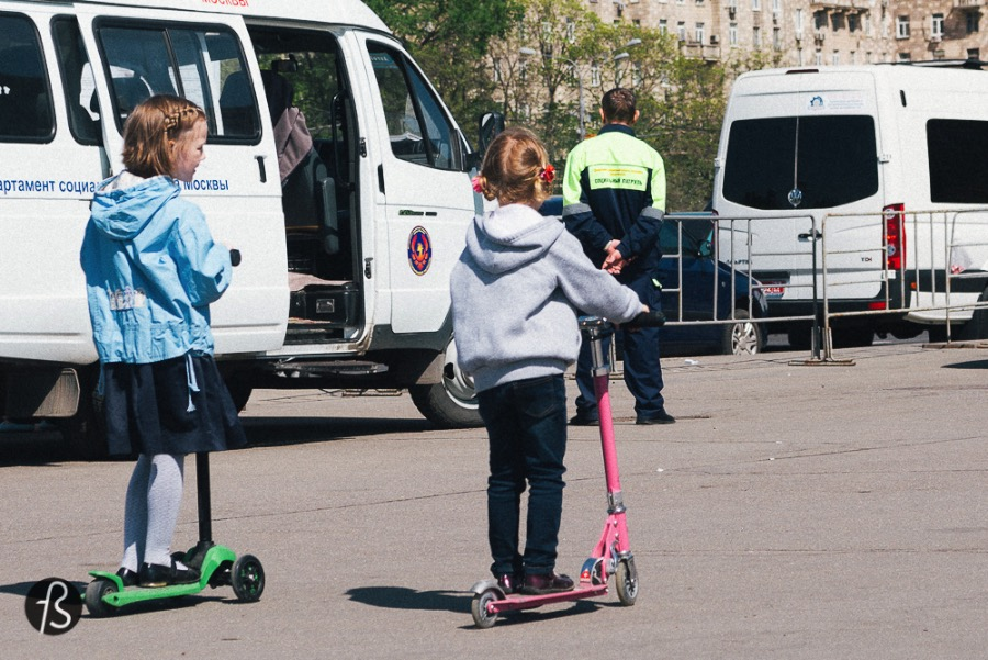 In Russia, everybody is either in skates or inlines or something with wheels Why? Because you have to walk 10 days and 10 nights just to reach the end of the block! Everything is huuuuge in Russia! Even more than I expected! The ultra famous Red Square is like, 1000km long. (No it isn't but after 25km walking in Moscow, feels like 1000km)