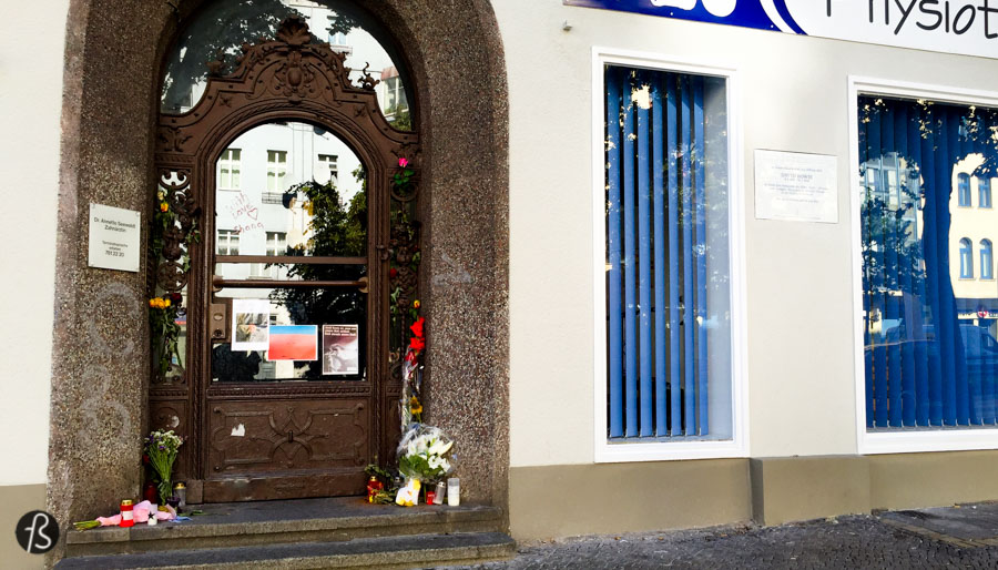 There is a memorial plaque in front of the house where David Bowie lived with his friend Iggy Pop. It was there that Bowie wrote his Berlin Trilogy, the way that critics and fans called the albums Low, Heroes and Lodger. The white porcelain panel stands in front of Haupstrasse 155 and it was unveiled by Michael Muller, the mayor of Berlin. He even mentioned how Heroes was the unofficial anthem to Berlin. We were there during the week is was unveiled and you can see how it looks here.