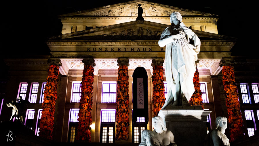 If you were around Gendarmenmarkt a few days ago, you saw something quite spectacular. World-renowned chinese artist Ai Weiwei turned the columns of Konzerthaus Berlin into something different. Thousands of orange life vests covered the columns turning them into pillars for the refugees that are arriving every day in the greek island of Lesbos.