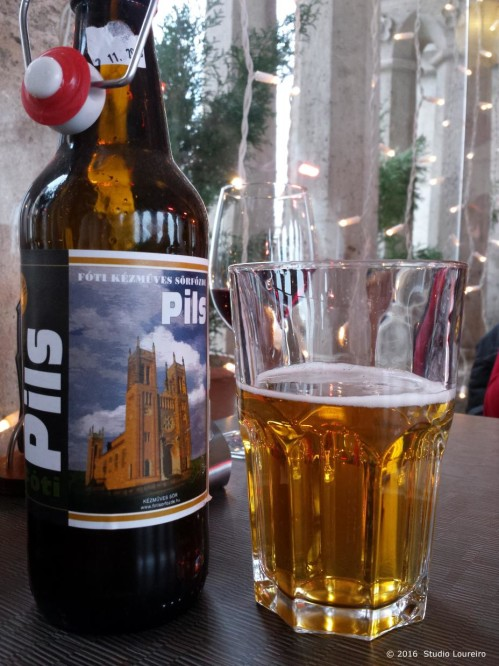 Whenever I arrive in a new city, I always, always like to taste all typical drinks and food (and I looove drinking hehehe). So in Budapest, I was introduced to a very heavy combination right away: the famous Hungarian Pálinka along with beer pints. Yes, each glass of pint, a new shot of Pálinka. As I said, a not very wise combination for those sensitive for drinking, but very common among the Hungarian people and also among the foreigns who lives in the city. Pálinka was invented in the middle ages, and it's a fruit brandy, very strong (usually ranges from 40% to 70% proof) with different flavors, which the most famous ones are apricots, plums, pears, cherries and apples (highly recommend the plum). The word Pálinka derives from the Slavonic stem palet and it means burn, and it literally does.