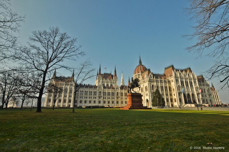 Located on the Pest side, at the Kossuth Square, and on the edge of Danube river, the Parliament is huge, and impress EVERYONE. Built in 1884 with different architectural styles (mostly neo gothic outside), it was inspired on the British Parliament. Has 691 offices (but it's said that only 10% of its area is used), 268 metros and it's the third biggest Parliament in the world. Along the external walls, you can see the remembrance of monarchs and military Hungarian commanders shown in 90 statues. Inside, elements of Baroque and Renaissance along with 40 kilograms of gold used on its ornaments.