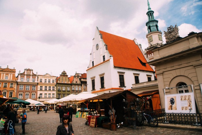 In the center of Poznan, you will find the Old Market Square. Called Stary Rinek in polish, this is the center of the city. There you will find the historical Town Hall, a row of of merchants houses, the former town chancellery and the old weighing house. Take a walk around the square and you will be able to see everything but play more attention to the tallest building there. You can thank me later.