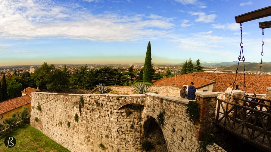 When you look at the Brescia horizon, it's easy to spot the big castle that stands on top of Cidneo Hill. Known as the Falcon of Italy, the Castle of Brescia is one of the largest and best preserved fortresses of Northern Italy and it was the first place Fotostrasse visited in Brescia during our days at Blogville Lombardy.