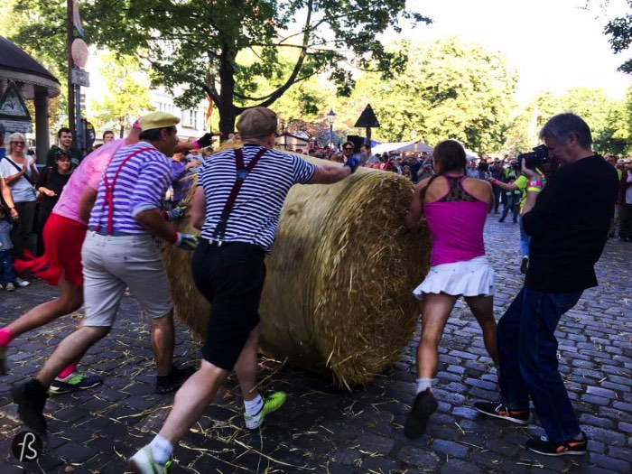 When we took our cameras to see the 8th Popraci in a warm September day in 2015, we were not expecting to see that many people there. It was more than Berlin's toughest race, this was a street party filled with live music, street food and a lot of fun. Our favorite part was seeing the straw bale rolling teams running around, dressed up in costumes and going crazy at every turn that they did.