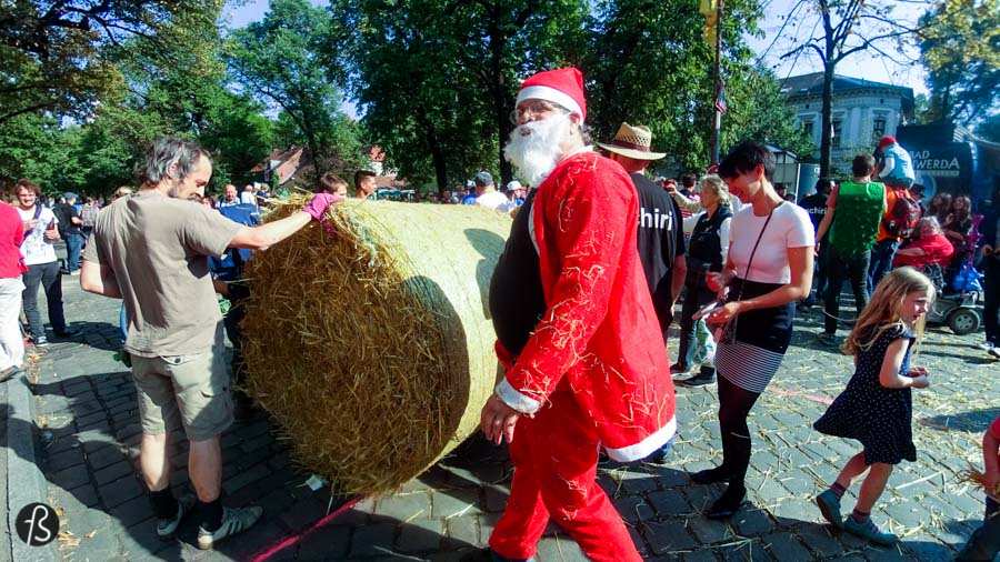 It has been happening in early September for almost a decade yet most people don't even know it exists. We are talking about Popráci, Berlin's toughest race, where you have to roll huge straw bale rolls around Rixdorf as fast as you can. Yes, this is for real and we were there to tell you how cool it really is.