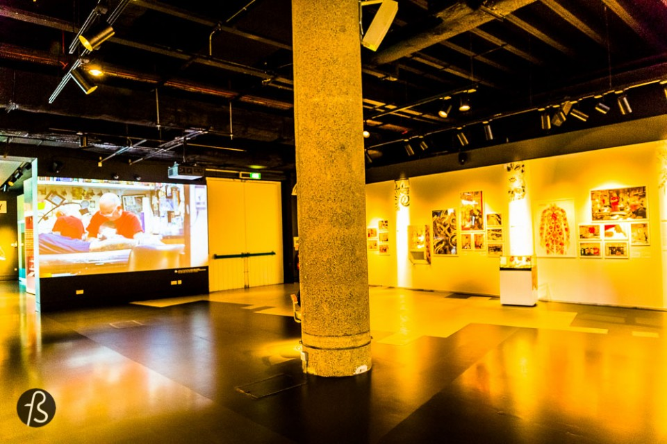 The Tattoo London expo at Museum of London was amazing Even tho it was modest, with only 4 artists showing their work, it was super worth the visit. And if you missed, I'll show you everything here. The whole exhibition was in a single room. One wall dedicated to the history of this art form, another for the 4 artists and a video showing their life. Each of the 4 tattoo artists had a display showing their style, some photos and the final piece done for the Museum of London. Each has created an original artwork inspired by their experience of London for the exhibition. Alex Binnie at Into You, Lal Hardy at New Wave, Mo Coppoletta at The Family Business and Claudia de Sabe at Seven Doors have all opened the doors to their London-based studios.