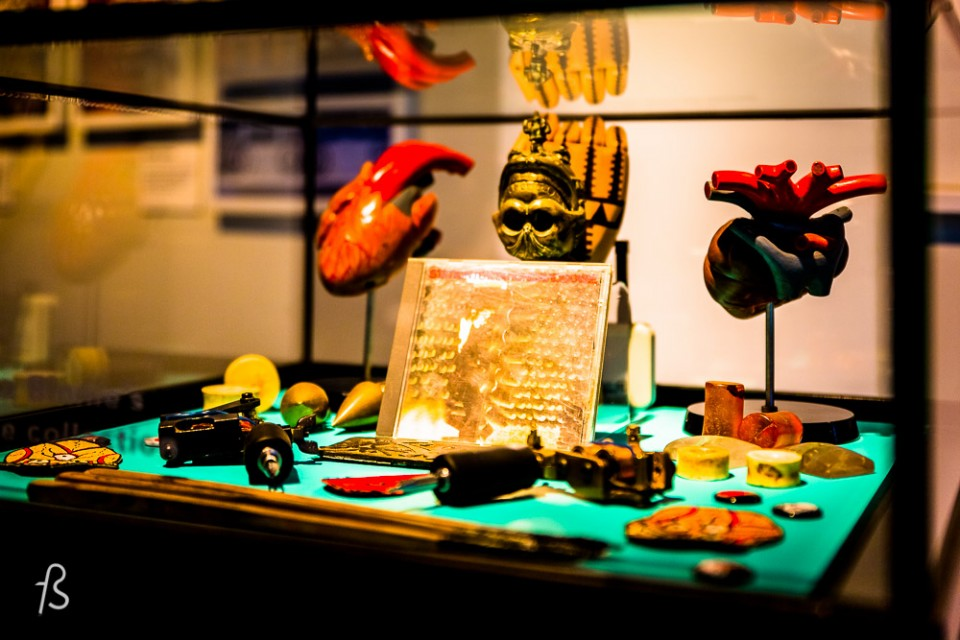 The Tattoo London expo at Museum of London was amazing Even tho it was modest, with only 4 artists showing their work, it was super worth the visit. And if you missed, I'll show you everything here. The whole exhibition was in a single room. One wall dedicated to the history of this art form, another for the 4 artists and a video showing their life. Each of the 4 tattoo artists had a display showing their style, some photos and the final piece done for the Museum of London. Each has created an original artwork inspired by their experience of London for the exhibition.