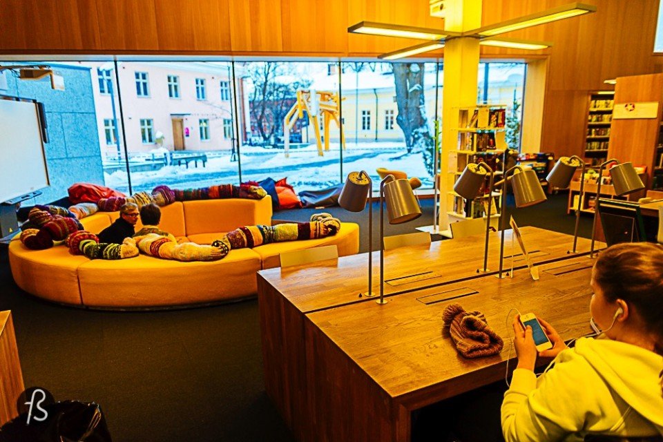A Visit to Turku's Library Like I said before, this is the coolest library we've seen so far. It is where Finnish design and art meet books and learning activities. The place offers free internet, tons of sculptures, books in English, Finnish and many other languages, really cool toys for kids to be entertained for hours and hours, a relaxed and comfortable place for you to enjoy the cold blueish winter and its contrast with the warm and yellowish inside. This library has enormous windows and it is designed to look big, simple and with a lot of space.