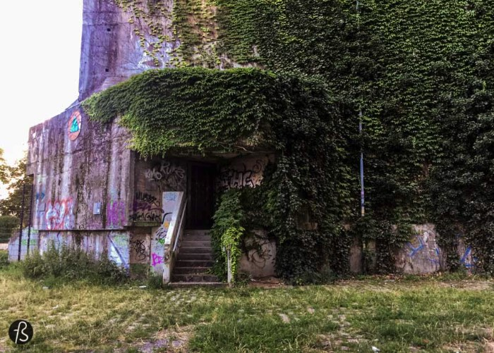 When I was researching more bunkers in Berlin, I came across the Hochbunker Pallasstraße in Schöneberg. Built between 1943 and 1945 by slave labour, the bunker was used as a telephone and telegraph center. After the war, there were some attempts to blow it up by the American Army but nothing worked really well since there are a lot of buildings around and they were reluctant to cause damage to them.