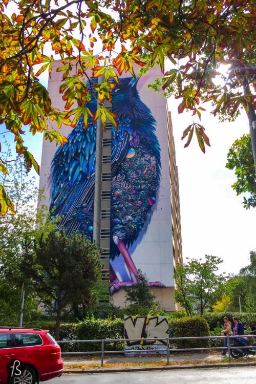 The painting is more the 40 meters high and depicts a large blue bird whose chest ir ornate with a dense patchwork of jewels and plants and seem to shine like crazy. There are so many details in this piece that you need to get closer to it to enjoy it it fully. The closer you can get the better. So, take your bike there soon!