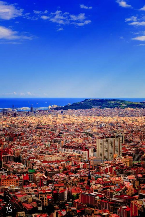 If you want to see Barcelona from the most scenic view ever, you have to find your way into the Bunkers del Carmel. Believe us here and the pictures below, this place is so amazing that you won't even bother the hills you have to walk to get there.
