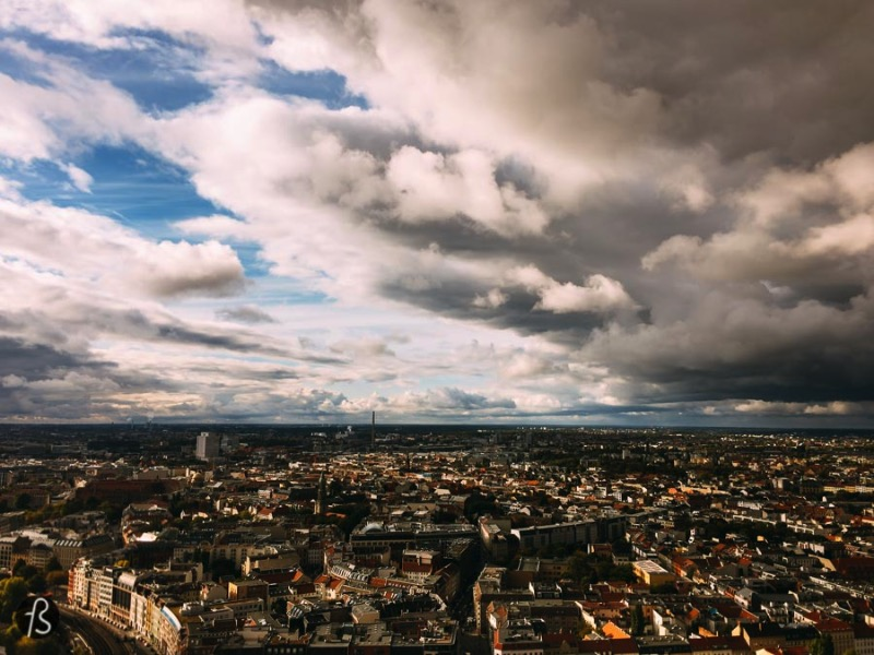 What if I told you that the best place to see Berlin from above is not the on the huge TV Tower in the middle of Alexanderplatz? It might sound weird at first but it makes a lot of sense after you think about it. Do you want to take pictures of Berlin with its main tourist spot in there right? So, you need to go somewhere where the TV Tower can be seen. Somewhere as tall as the tower but way less crowded. That place exists and it is the Park Inn Hotel Alexanderplatz Viewing Platform and I going to tell you everything about it now.