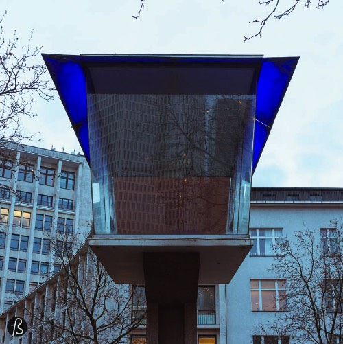 Verkehrskanzel is the last surviving traffic pulpit in Berlin. Located at Joachimsthalerplatz, this box-like building made of glass was built over 4.5 meters in height. It stands over a pavilion where there's a sales kiosk, a public toilet and one of the entries to Kurfürstendamm U-Bahn. The construction started all the way back in 1955 but the building was, pretty much, obsolete in less than ten years. All this happened due to automation.