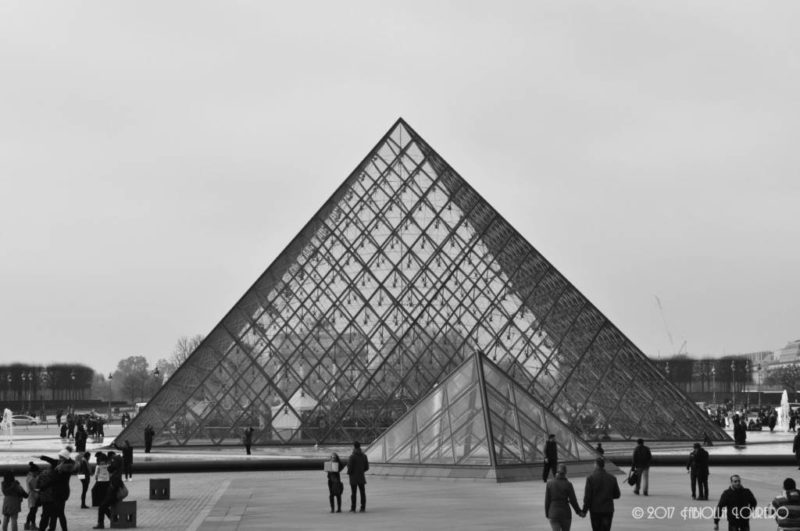 Another turning point in Paris history: when the Louvre pyramids was set in the grand entrance to receive the public. A major cause of disagreement among the Parisian people until today, the fact is that nowadays the pyramids became a symbol of Paris and became a national and international reference. Personally, I really like them. I think that completes the atmosphere surrounding the biggest museum in the world, Louvre. The feat was given to Ieoh Ming Pei in 1983 to design it, which fortunately accomplished it and launched in March 1989, symbolically in the bicentennial year of the French Revolution. By the time the project was approved, it was hated by public opinion and doomed to failure (believe it or not, the absurd idea that François Mitterrand was a pharaoh was considered).
