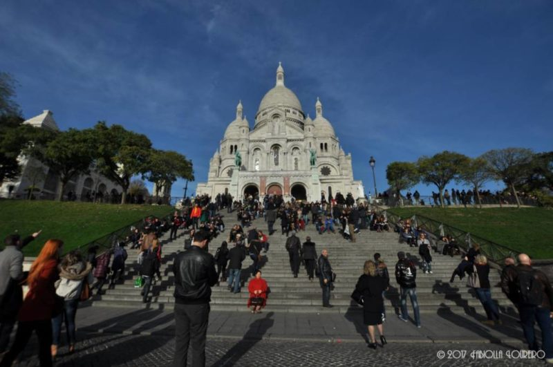 Located at the heart of one of the most romantics and multicultural neighborhood in Paris, Montmartre, La Basilique du Sacré Cœur it's beautiful and invites you to see it whenever you're in the city. It is all made by white marble (dazzling) and has a Greek cross format, formed by 4 domes. In the steeple, it has a bell of 3m in diameter with more than 26 tons.The basilica follows the guidelines of the Roman and Byzantine architecture and had a big influence in other religious buildings of XX century.