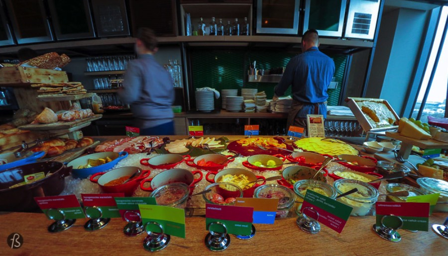 And what about breakfast? That was one of the highlights for me since 25hours Hotel Berlin is home to Neni Berlin, a middle eastern rooftop restaurant with its huge buffet. There you will find a lot of variety in juices and beverages from coffee and tea to smoothies and lassi. Warm dishes come in the same great variety, and it even includes Berlin's famous currywurst.