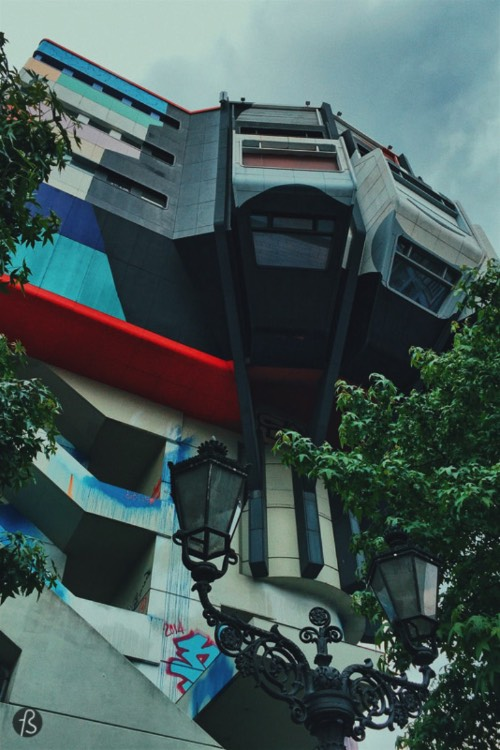 It's easy to find the Bierpinsel in Steglitz since the building is set right in the middle of Filandastraße highway exit and at the U-Bahnhof Schloßstraße where you can take the U9 and arrive there easily. If you want to get inside, you should just give up. Even the people behind the amazing Abandoned Berlin couldn't get in. Maybe you can; maybe you know somebody that has a key. If you get it, take a picture and share with Fotostrasse.
