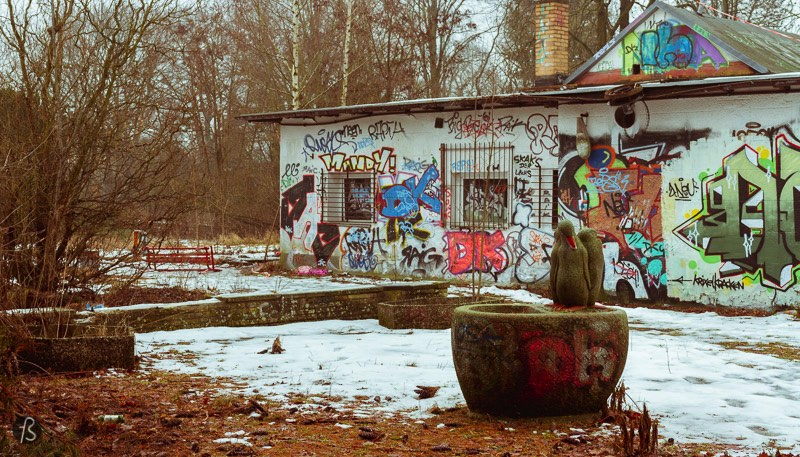 Like I said before, Freibad Wernersee closed its doors in 2002 due to a lack of parking lots, some noise complaints and the absence of water treatment there. This was never a problem in East Berlin, but a new country was too much for this pool. A water treatment plant is too expensive for the Freibad Wernersee, and it seems that nobody wants to help it with the money. Not even the Friends of the Wernerbad, an association created in 2006, could find the money. This organization was created with the goal of reaping the public pool, but they couldn't pull it out. And it seems that the pool will be gone soon since the city already changed its status from a pool into something else so the area could be sold to an investor.