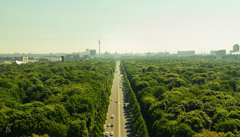There are 285 steps to the viewing platform at the Victory Column. You will arrive there a little tired, but the view from the top will take your breath away as well. From there you can see the Brandenburger Tor without anything blocking your way. But the central element here is the Tiergarten! It changes color depending on the time of the year, and it will turn your pictures into works of art.