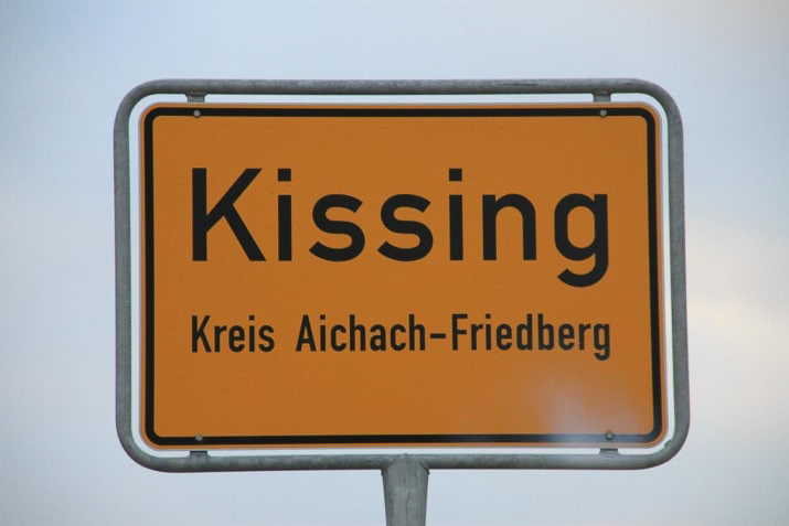 kissing germany Berlin is a great city, full of life and opportunities and by any means, this piece should not discourage you to move to Berlin. I want to point it out that Berlin can be a terrible (yet funny) place to live if you are as immature as I am. Let me explain a bit more why
