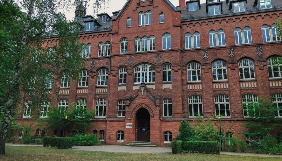 The building used in Dark is a gorgeous-looking brick building where Biotech Diagnostics is located, as you can see in the map below. I was there on a summer evening, after a long bike ride from Berlin to Potsdam. The surrounding area is quite exciting, and it looks pretty different from Potsdam. So, if you have the time, it's worth going around and exploring the Hermannswerder. My advice is for anyone to go there by bike or car since there isn't an easy way to get there from the central station in Potsdam.