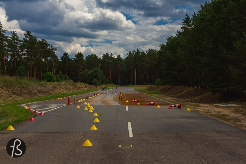 In almost every episode, there is a scene where somebody is driving around empty streets in the middle of a forest. Sometimes you can see some curves over the horizon, sometimes you just see rain and asphalt. It seems to us like this is the road that connects Winden to the Nuclear Power Plant, and we manage to find this Dark location.