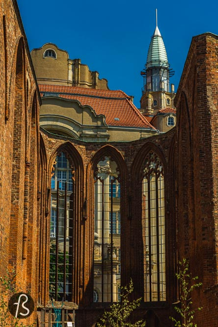 The Franziskaner-Klosterkirche started being used for cultural events in 1982 when East-Berlin sculptors started to self-organized exhibitions in the ruins of the church. From 1992 onwards, the Förderverein Klosterruine e. V. Took care of the organization and, by 2016, the responsibility was transferred to the Berlin District Office. Today, events are happening in the church, and it's always interesting to pass by and see what beautiful objects can be seen in there.