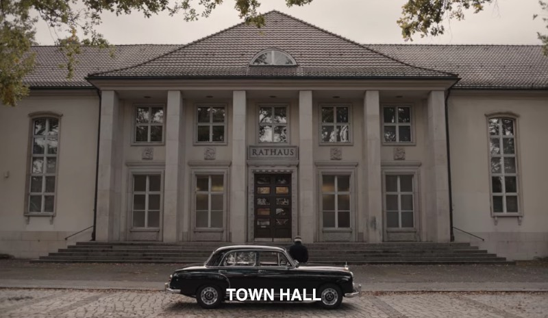 As in any other city, Winden has a town hall. In German, it's called Rathaus, and you can see it clearly over the main door whenever the location appears on the screen in Dark.