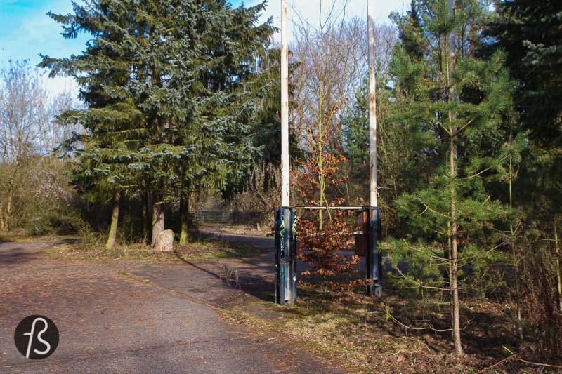 A visit to the Checkpoint Bravo in Dreilinden is fantastic for those interested in history and urban exploration. But we believe it's better to enter the forest and follow the Friedhofsbahn trail as well. This way, you can see more history and other exciting photo spots along the way.