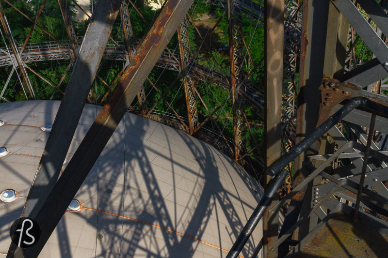 Built by the Berlin-Anhaltische Maschinenbau AG, the Schöneberg Gasometer was put together between 1908 and 1910. At the time, it was one of the most massive gas containers in Europe. It managed to survive both World Wars and the Cold War that followed and split Berlin into two different cities. Placed under monument protection back in 1994. It was only decommissioned in 1995 with its rusted frame.