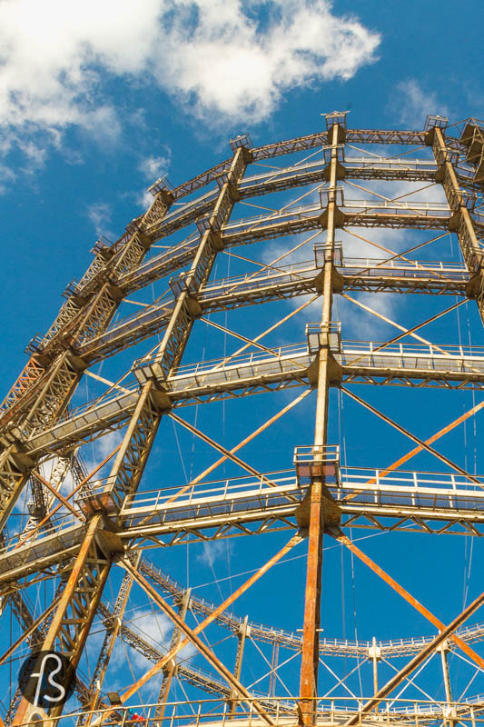 I have been observing the Schöneberg Gasometer for a few years now, waiting for the right moment to visit it. It seemed like this would never happen until July 2020, when I got a message from Abandoned Berlin telling me they booked one of the English speaking tours there. It was time to pack the cameras and face our fear of heights and climb all the way to the top.