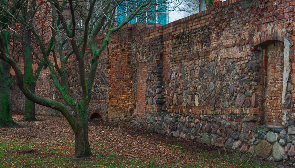 If you walk around the U-Bahnhof Klosterstraße, you will find your way into Littenstraße. There you can see some reddish-brown walls made of a combination of different materials. Bricks, stones, large rocks, these were added and removed through the centuries. Now there are around 150 meters of the former Old City Wall of Berlin still standing. From the 2.5km that existed in the past, only a small piece survived as the rear walls of houses in the area.