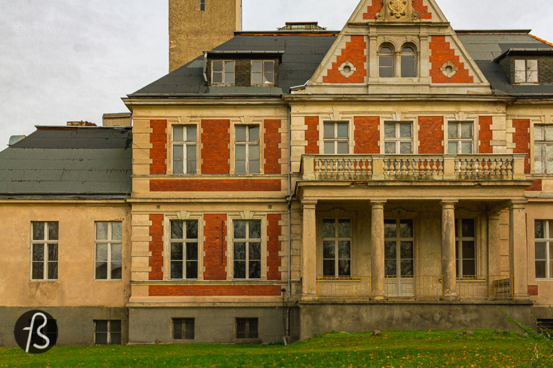 One of the core places in the series is the orphanage where a young Beth, played by Isla Johnston, learns how to play chess in the basement with the custodian. Also, this is where she gets addicted to some green pills. Most of the scenes in the first episodes were shot at the Schloss Schulzendorf, but some CGI turned the location into something a little different, based on the photos you can see here.