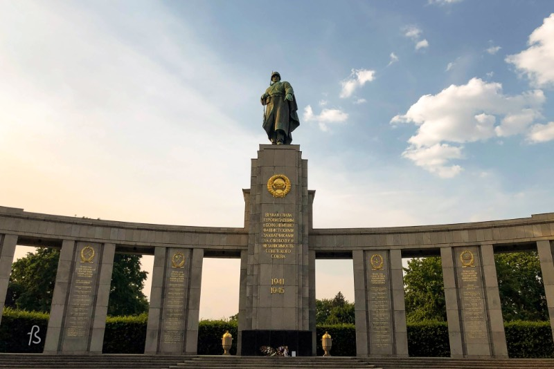 During the infamous Battle of Berlin, in the last few weeks of the Second World War, it's estimated that more than 80,000 Soviet troops died fighting to take Berlin from the Nazis. Because of this, there are three large Soviet memorials around the city. They are more than just monuments since they are also war cemeteries. In the backside of it, between 2,000 and 2,500 soviet soldiers were laid to rest.