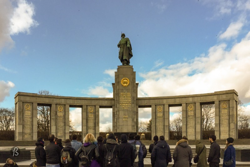 Even though this is a Soviet memorial, it was located in the British sector of the divided Berlin during the Cold War. After the Berlin Wall was erected, back in 1961, the monument was seen by some as a sign of provocation from the Soviet Union and communism. Soviet honor guards were sent from East Berlin to protect the memorial and stand to watch there. In 1970, a neo-nazi called Ekkehard Weil shot and wounded one of the Soviet guards in a right-wing terror attack.