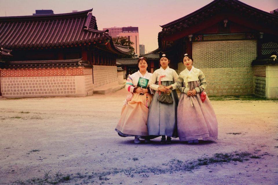 ladies wearing the hanbok at Gyeongbokgung