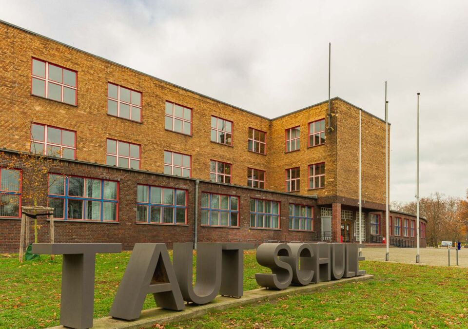 This is the Max Taut School in Berlin-Rummelsburg, and it was once the largest school complex in Germany. It was built in the 1920s as a different type of school, using modern architectural concepts. Nowadays, this school is part of the many buildings that show how modernism was presented in Berlin's architecture.