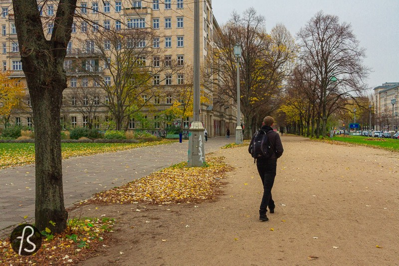 One of the last episode highlights is when Beth takes a stroll around the Moscow streets and meets with some people playing chess. At the Moscow hotel, this scene was shot on Karl-Marx-Allee, and we managed to go there and find the exact same spot where the series was filmed.